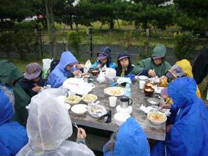 雨が降ってきましたが、食欲は旺盛。